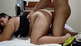 mi hermanastras entra a mi cuarto y me amarra ala cama y empieza hacerme sexo spoken como toda una puta al finishing touch me suelta para que me icy folle como a ella mas le gusta mis padres casi nos pilla Parte 2