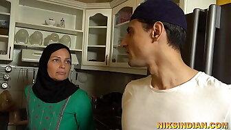 एक अजीब परिवार जिसमें भाई-बहन माँ के सामने खुलेआम चुदाई करते हैं